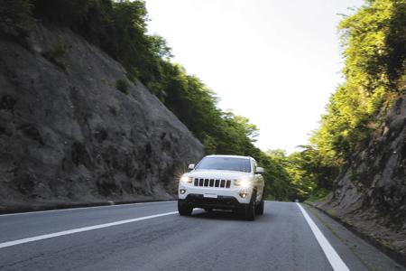 街乗りからハイウェイまで、滑らかさに磨きがかかった走りを披露。しなやかな乗り味と静粛性の高さは、ロングドライブも快適にしてくれる。グランドチェロキーが採用する「クォドラトラックⅡ」という独自の4×4システムのおかげもあるが、ワインディングはもとより、林道のような路面でも安定性がとても高かった。