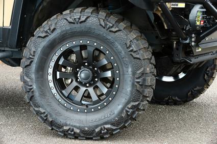 タイヤは高いオフロード性能と迫力のルックスで、アメリカでも人気のトレイルグラップラー。ホイールは、プロコンプ7036とした。